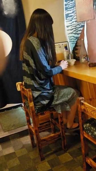 【個人】美人若妻を営業中の小料理屋に呼び出しお客さんもいる中辱め、強引に肉棒を咥えさせ精液を飲ませる