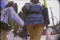 MP4動画 ピンクのパンツ丸出し!信じられません!本当にこんな格好で街中を歩いていました