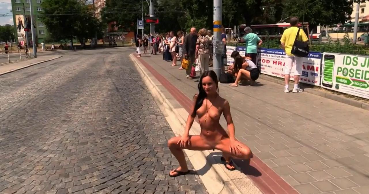 ナイスバディな美女が街中を全裸ウォーキング