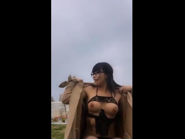 露出狂美女が昼間の公園でテントの中でオナニー 23分40秒