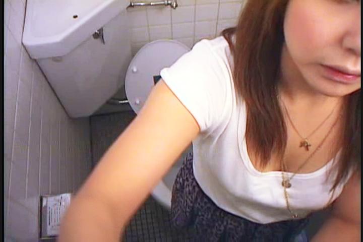 公衆トイレでオナニーに夢中な女子大生